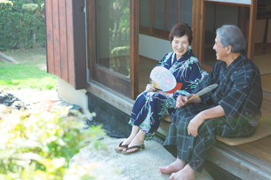 縁側に座る老夫婦の写真素材 [FYI01764716]