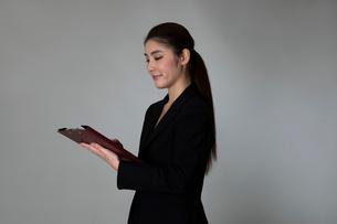 スーツを着た女性のポートレートの写真素材 [FYI01764724]