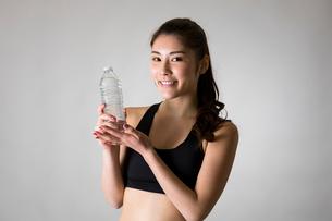 スポーツウェアを着た女性の写真素材 [FYI01764732]