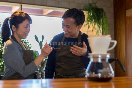 コーヒ豆の香りを嗅ぐ男性の写真素材 [FYI01764759]