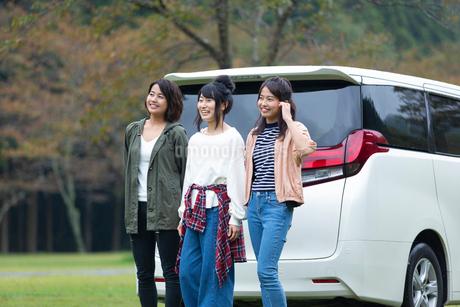 車の前に立つ女性の写真素材 [FYI01764778]