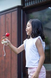 けん玉をする女の子の写真素材 [FYI01764782]