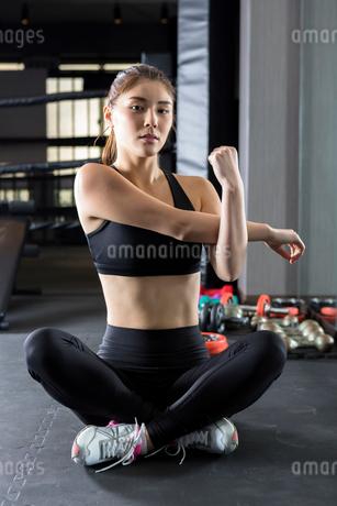 ジムでトレーニングをする女性の写真素材 [FYI01764789]