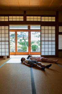 和室で昼寝する姉弟の写真素材 [FYI01764814]