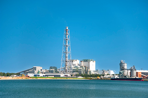 酒田北港の火力発電所の写真素材 [FYI01764815]