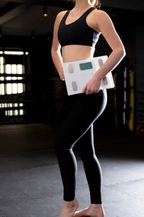 ジムで身体測定をする女性の写真素材 [FYI01764821]