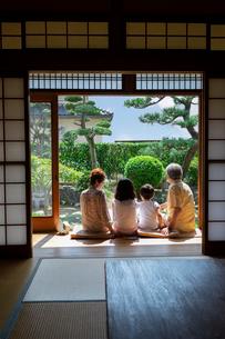 縁側に座る老夫婦と孫の写真素材 [FYI01764862]