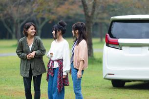 車の前に立つ女性の写真素材 [FYI01764874]