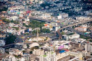 バンコクの街並み、戦勝記念塔付近の写真素材 [FYI01764887]