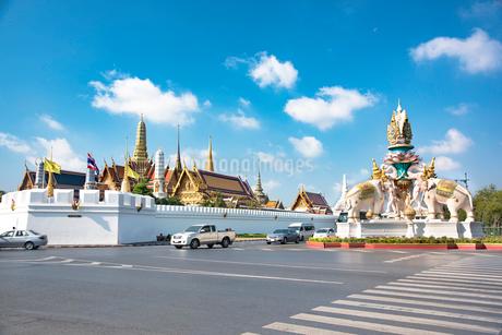 王宮前の通りからのワット・プラケオ、象の塔の写真素材 [FYI01765037]
