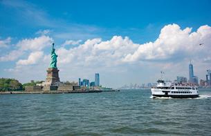 自由の女神とマンハッタン間のフェリーの写真素材 [FYI01765149]