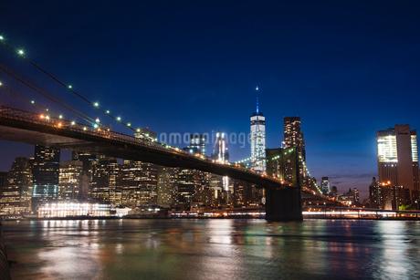ブルックリン橋とマンハッタン夜景の写真素材 [FYI01765196]