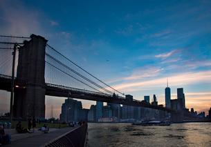 ブルックリン橋とマンハッタン夕景の写真素材 [FYI01765259]