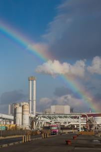 神戸港にかかる虹の写真素材 [FYI01765723]