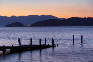 琵琶湖畔の夕暮れの写真素材 [FYI01765843]