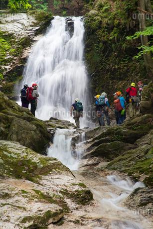 滝に挑む登山者たちの写真素材 [FYI01765937]