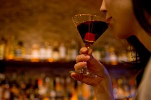 バーでお酒を飲む女性の写真素材 [FYI01766015]