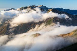 雲湧く後立山連峰(五竜岳より唐松岳、白馬岳を望む)の写真素材 [FYI01766042]