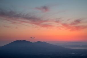 朝焼けの蒜山高原の写真素材 [FYI01766119]