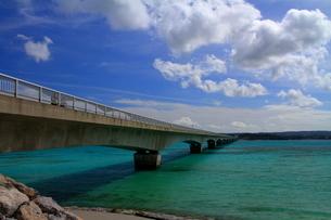 晴天の古宇利大橋(沖縄県)の写真素材 [FYI01766149]