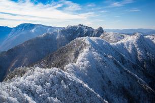 樹氷の大峰山(山上ケ岳より稲村ケ岳と弥山を望む)の写真素材 [FYI01766189]