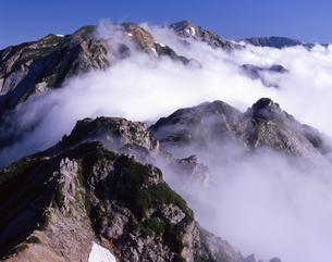 雲湧く後立山連峰の写真素材 [FYI01766195]