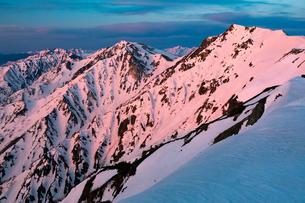 朝焼けの白馬三山と後立山連峰の写真素材 [FYI01766241]