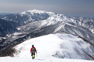 西穂高独標付近を行く登山者と乗鞍岳・焼岳の写真素材 [FYI01766257]