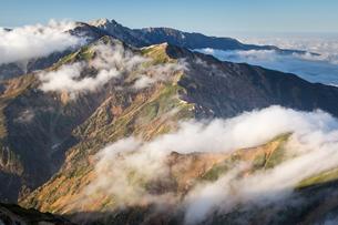 雲湧く後立山連峰(五竜岳より唐松岳、白馬岳を望む)の写真素材 [FYI01766299]
