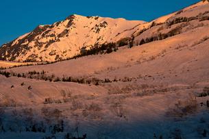 朝焼けの白馬岳の写真素材 [FYI01766376]