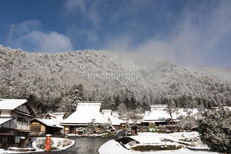 京都府 美山町かやぶきの里の雪景色の写真素材 [FYI01766378]