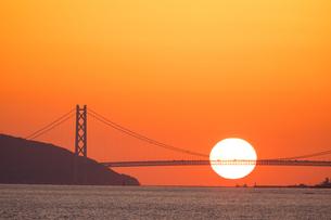 夕日と明石海峡大橋の写真素材 [FYI01766411]