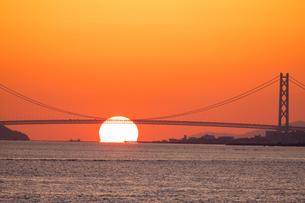 夕日と明石海峡大橋の写真素材 [FYI01766516]