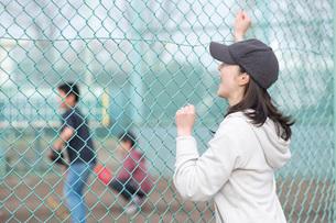 休日に子供の野球を応援する女性の写真素材 [FYI01766706]