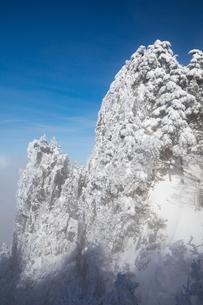 厳冬の大峰山 山上ヶ岳、鷹の巣岩の写真素材 [FYI01766794]