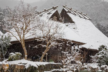 京都府 美山町かやぶきの里の雪景色の写真素材 [FYI01766893]