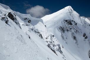 八方尾根より唐松岳と雪庇の写真素材 [FYI01766934]