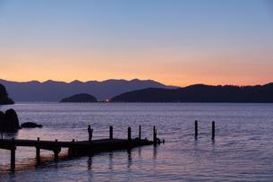琵琶湖畔の夕暮れの写真素材 [FYI01766996]