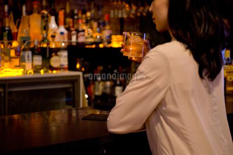 バーでお酒を飲む女性の写真素材 [FYI01767019]