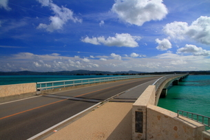 晴天の古宇利大橋(沖縄県)の写真素材 [FYI01767314]