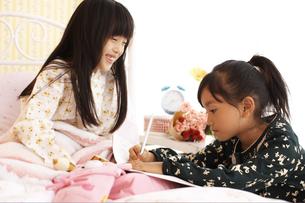 病気の女の子とお見舞の友達の写真素材 [FYI01767459]
