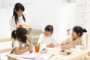 勉強をする女の子達の写真素材 [FYI01767574]