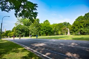 セントラルパークでサイクリング、ジョギングする人々の写真素材 [FYI01767632]