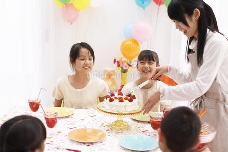 ケーキを切る母親と待つ子供の写真素材 [FYI01767726]