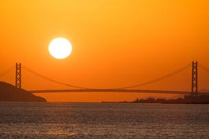 夕日と明石海峡大橋の写真素材 [FYI01767746]