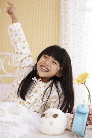 起きる子供と目覚まし時計の写真素材 [FYI01767747]