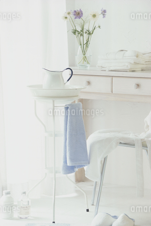 花とタオルの乗った化粧台の写真素材 [FYI01767983]