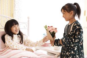 病気の女の子とお見舞の友達の写真素材 [FYI01767987]