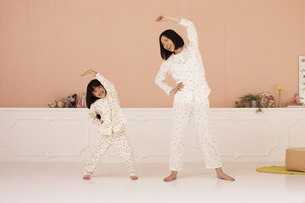 体操をする母親と女の子の写真素材 [FYI01768032]