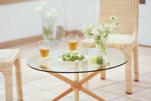 ガラスのテーブルと籐のイスの写真素材 [FYI01768056]